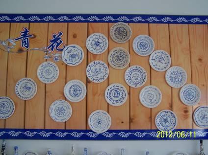 (4),老师指导学生在收集来的一次性纸盘上用蓝色水粉绘画,创作青花作